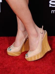 Vilken typ av skor ska du ha med en axelbandslös klänning?