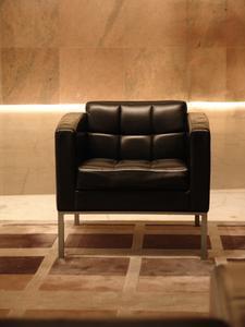 Hur man åter täcka en stol med läder