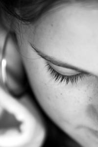 Hur du kan trösta Irritation stötar från ögonbrynet gängning
