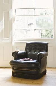 Hur eliminera rök lukt från en läder stol