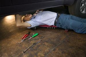 Hur man byter den sändande enheten i en Nissan Pathfinder