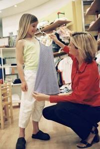 Hur gör jag skicka kläder till fattiga barn?