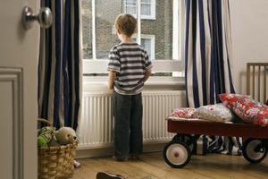 Vad är lagen om barn ensam hem