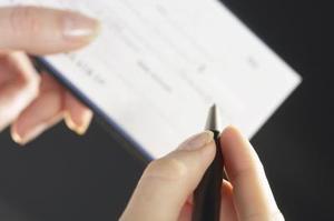 Hur man kontanter en check på tredje part utan ett personligt konto