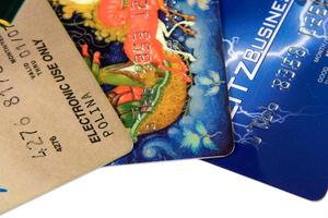 Jag är ansvarig som en behörig användare att betala skulden på min avlidne man 's kreditkort?