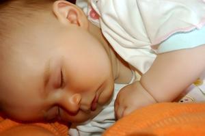 Hur man lägger en nyfödd bebis att sova