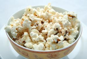 Hur får man den brända lukten & fläcken av Popcorn ur mikrovågsugnen