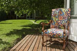 Vägbeskrivning på färgning ett däck med en trädgård spruta