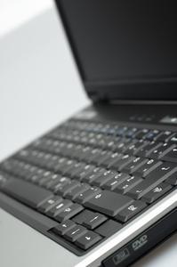 Hur rengör jag fläkten på min Compaq Presario bärbar dator?