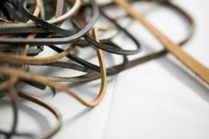 Hur man gör flätade armband av läder snoddar
