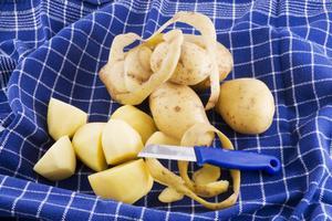 Hur man håller skalade potatis från roterande svart
