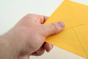 Vilka är farorna med slickar kuvert?