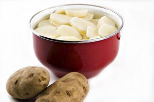 Hur man håller skalade potatis från vrida Orange