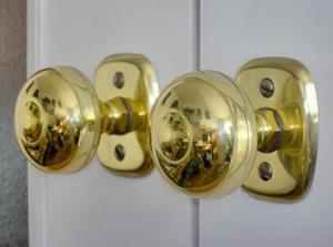 Hur man tar isär ett dörrhandtag med tryckknapp lås
