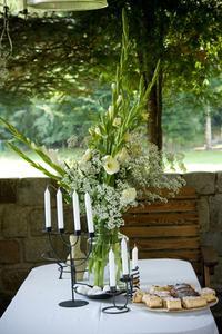 Hemgjorda blomsterarrangemang för register på ett bröllop