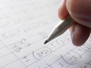 Hur man folie med exponenter i matematik