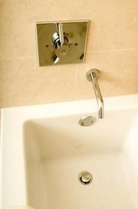 Hur man fixar ett badkar avlopp som inte kommer att hålla öppet till avlopp