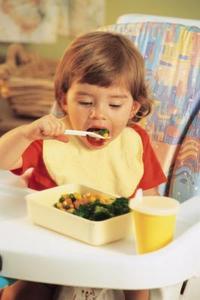 Hur man stoppar småbarn från att kasta mat