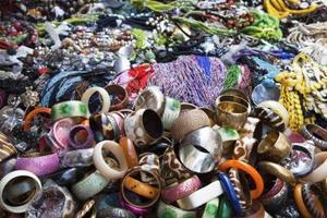 Hur man visar smycken på en loppmarknad