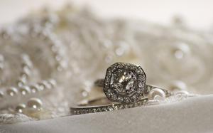 Skillnaden i Moissanite & konstgjorda diamanter
