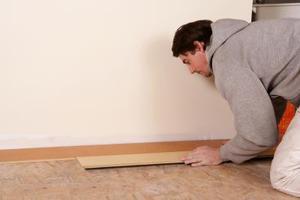 Hur man skär laminatgolv runt dörrkarmar