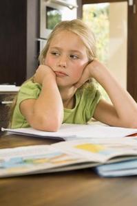 Vad är orsakerna till dagdrömmeri i barn i skolan?