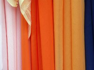Hur får man torkad färg ur rena gardiner