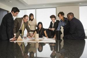 Fördelar och nackdelar av verksamheten organisatoriska strukturer för ett bolag