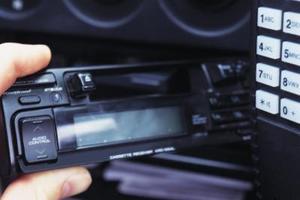 Hur tar man bort en Mazda 626 Stereo