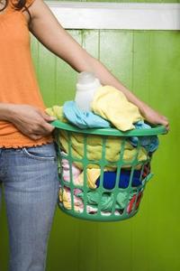 Hur tar jag bort blödande färg fläckar från tvätten?