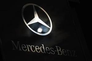 Hur man återställer tjänsten indikatorlampan på en Mercedes Benz GL450