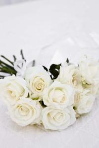 Hur till: homecoming handled corsage med vita rosor