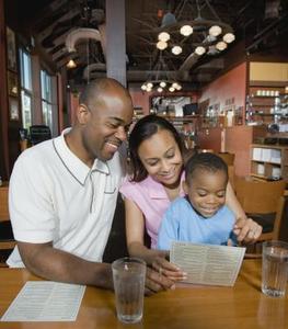 Hur man lär barnen hur man beställer från en meny