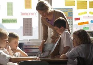 Presenter till andra klass studenter från en lärare