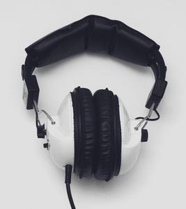 Hur man använder Virtual DJ med hörlurar