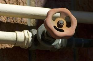 Hur ansluta PVC till ett manliga galvaniserade rör