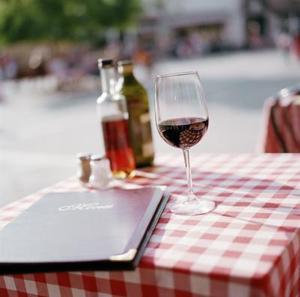 Ta bort rött vin från vitt linne