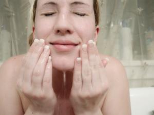 Hur kan jag bli lös hud på halsen?