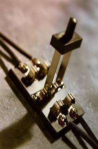 Hur du använder en dubbel pol elektriskt ljus switch som en enda