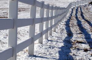 Hur man bygger staket av trä, sten, metall & växter