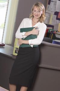 Vilken typ av skjortor bör bäras med blyertspenna kjolar?