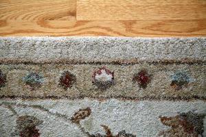 Hur man lägger ett område matta på en trä golv pad