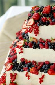 Hur att dekorera en bröllopstårta med färsk frukt