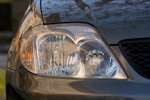 Hur man installerar en ny strålkastare halogenlampa