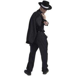 dominerande svart kostym nära Lund